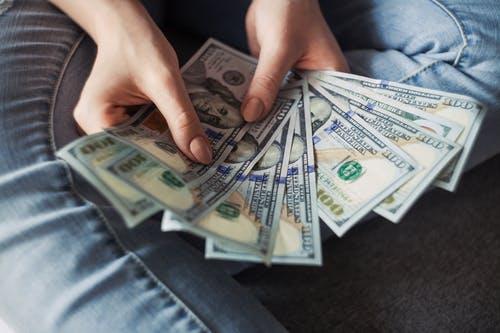 člověk peníz