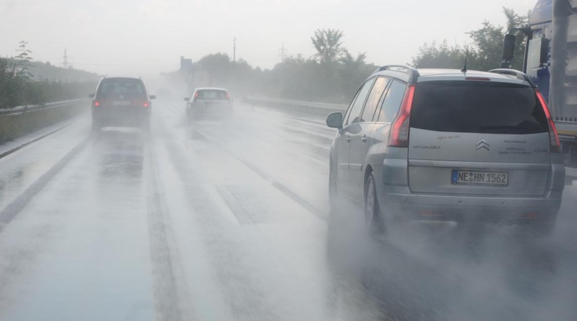 auta v dešti