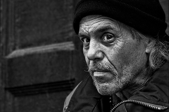 bezdomovec v čepici