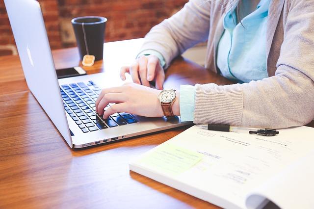 hodinky, ruce, notebook, kniha