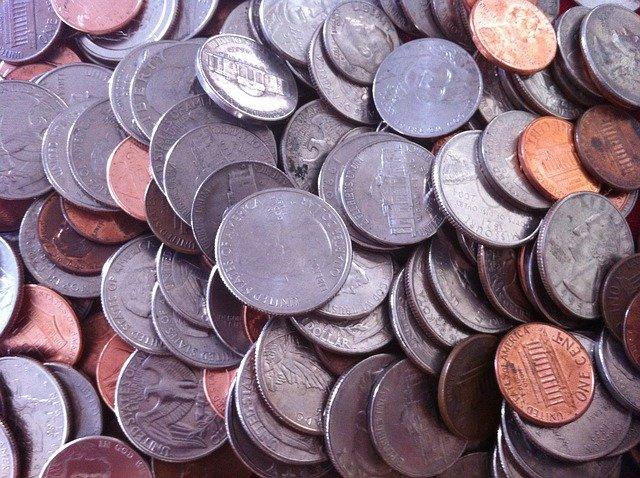 hromady stříbrných mincí